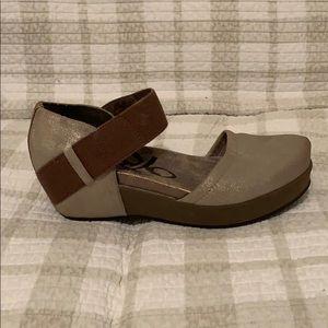 OTBT Beautiful Tan/Gold Shoes